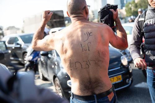 גבר מתפרע בהפגנה בקרית הממשלה בתל אביבוהורחק מהמקום על ידי המשטרה | צילום: דין אהרוני רולנד