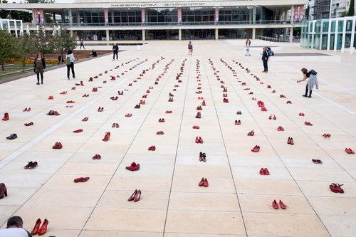 מייצג הנעליים האדומות בכיכר הבימה | צילום: דין אהרוני רולנד