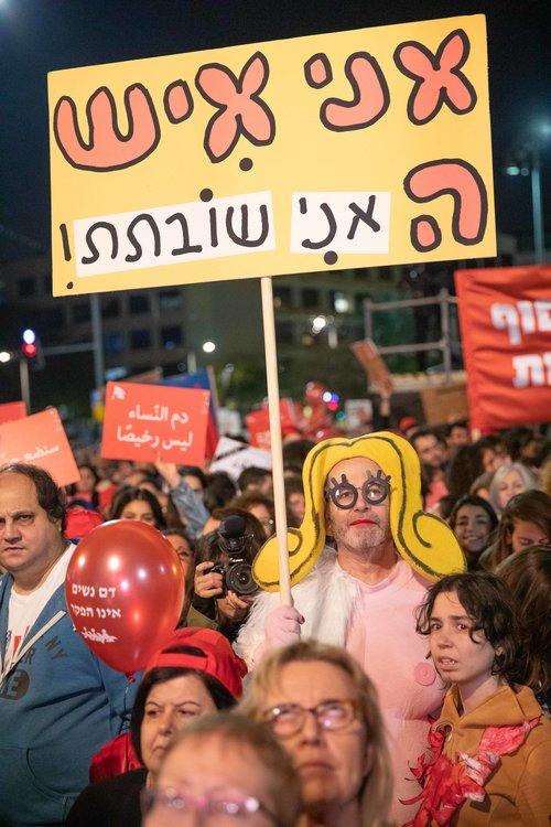 גם שושקה של האמן זאב אנגלמאייר לקחה חלק בהפגנה בכיכר רבין | צילום: דין אהרוני רולנד