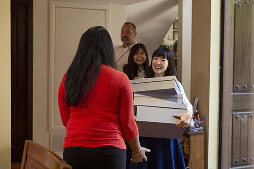 """""""המסע המסיונרי של קונדו להפיץ את ה-OCD היפני ברחבי אמריקה, חלילה לא מגיע למכורים לקריסטל מת'"""", מתוך הסדרה """"עושים סדר עם מארי קונדו""""   צילום: נטפליקס"""
