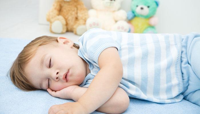 לישון עם בובה