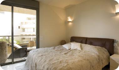 מבט מחדר השינה לעבר המרפסת