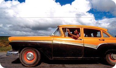 מכוניות אמריקניות מיושנות הן אחד מסמלי ההיכר של סנטיאגו דה קובה, המשרים בה אווירה קלאסית ומיוחדת