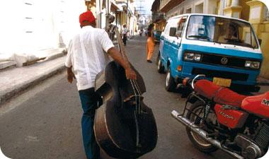 העבדים האפריקניים הביאו לקובה מקצבים וריקודים שהשתלבו היטב עם הגיטרות והמלודיות הספרדיות. המוזיקה הקובנית ממשיכה להתפתח וכמעט בעל פינה אפשר למצוא התרחשות מוזיקלית